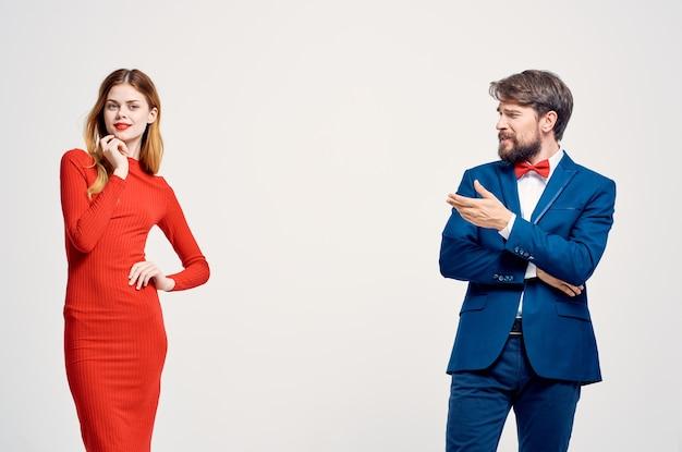 美しい若いカップルのコミュニケーションファッション明るい背景。高品質の写真