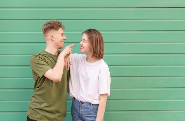 Красивая молодая пара парень и девушка на зеленом