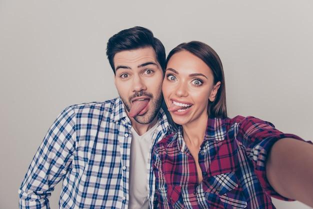 Красивая молодая пара весело вместе