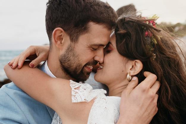 Bella giovane coppia che celebra il loro matrimonio sulla spiaggia