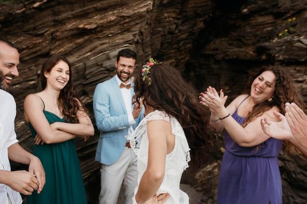 ビーチで結婚式をしている美しい若いカップル