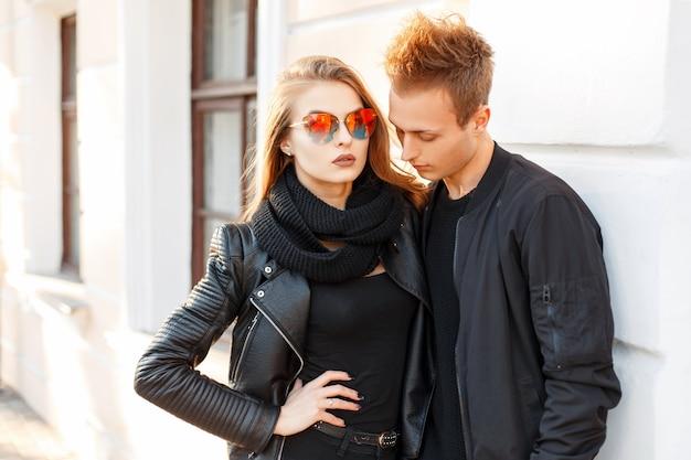 화창한 날에 선글라스와 트렌디 한 세련된 옷을 입고 아름다운 젊은 부부