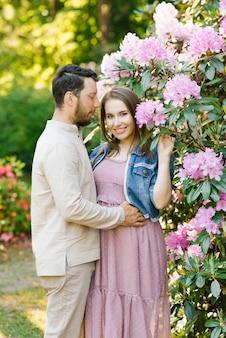 사랑의 남편과 아내의 아름다운 젊은 부부는 서로 포옹, 봄 여름 하루를 즐기고, 공원에서 산책. 행복하고 조화로운 관계 신혼 부부