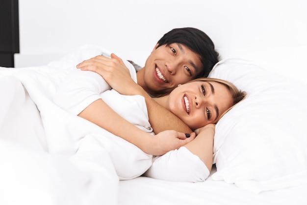 아름 다운 젊은 부부, 침대에 누워
