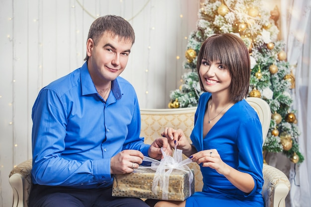 행복 한 크리스마스에 함께 아름 다운 젊은 부부 남자와 여자