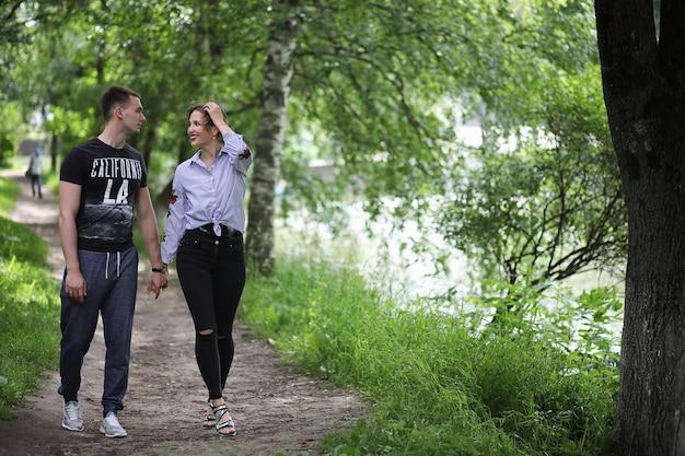 봄 공원에서 산책에 아름 다운 젊은 부부