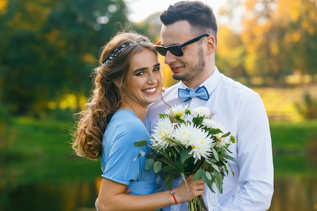 Красивая молодая пара позирует на свадебной церемонии