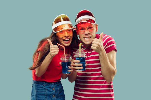 Ritratto a mezzo busto della bella giovane coppia isolato sull'azzurro