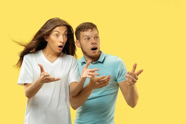 黄色の美しい若いカップルの半身像