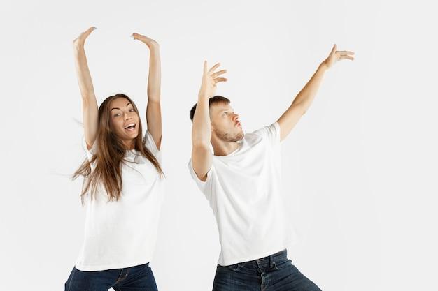 Ritratto della bella giovane coppia isolato su spazio bianco. espressione facciale, emozioni umane, concetto di pubblicità. copyspace