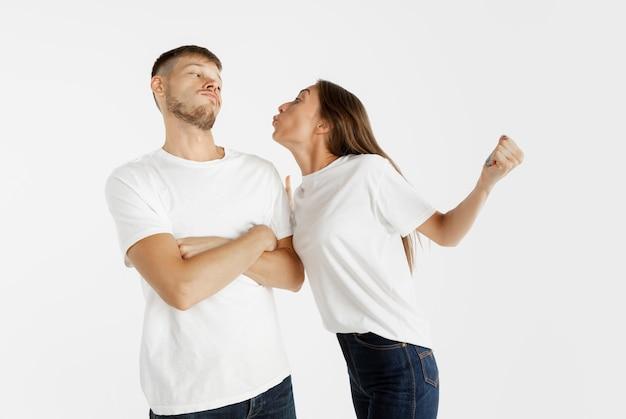 Ritratto della bella giovane coppia su studio bianco