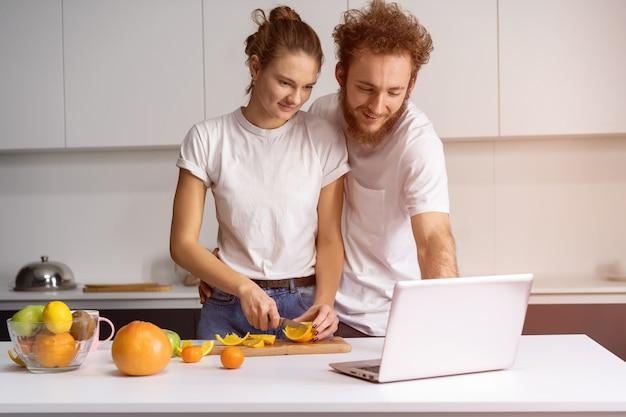 Красивая молодая пара разговаривает по видеозвонку с помощью ноутбука.
