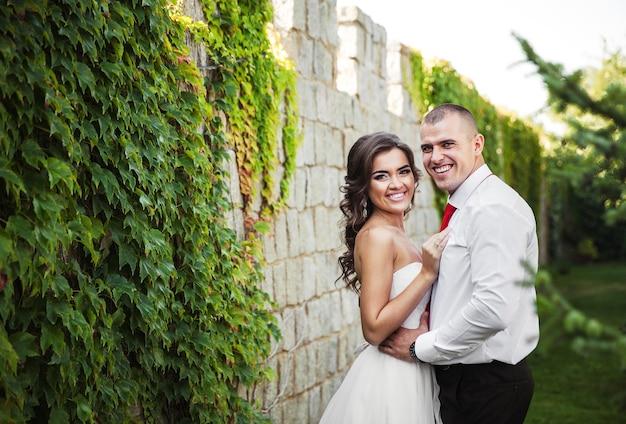 Красивая молодая пара. жених и невеста в день свадьбы.