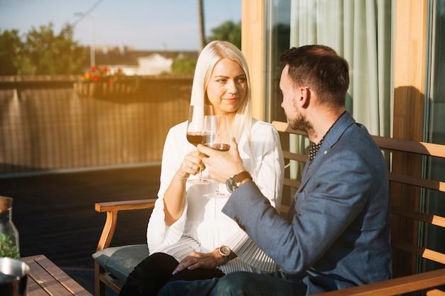 美しい若いカップルトーストワイングラス