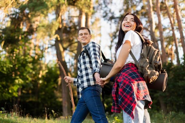 Belle giovani coppie che viaggiano insieme