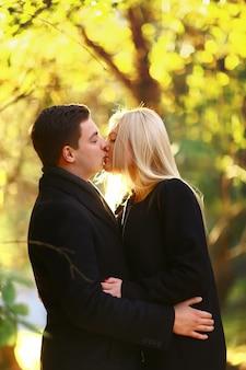 Bella giovane coppia che camminano nel parco di autunno