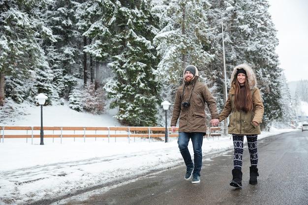 야외에서 함께 걷는 아름 다운 젊은 부부