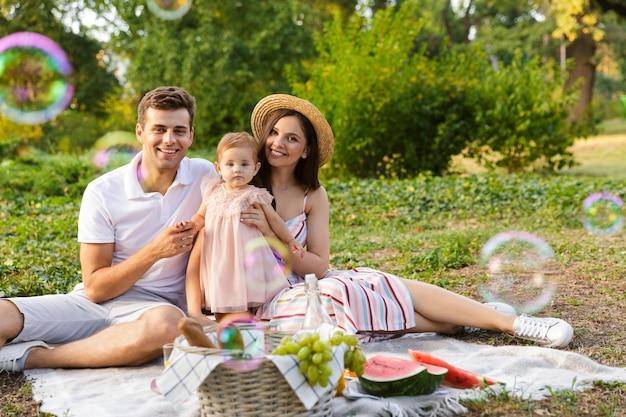 작은 아기 소녀와 함께 아름 다운 젊은 가족