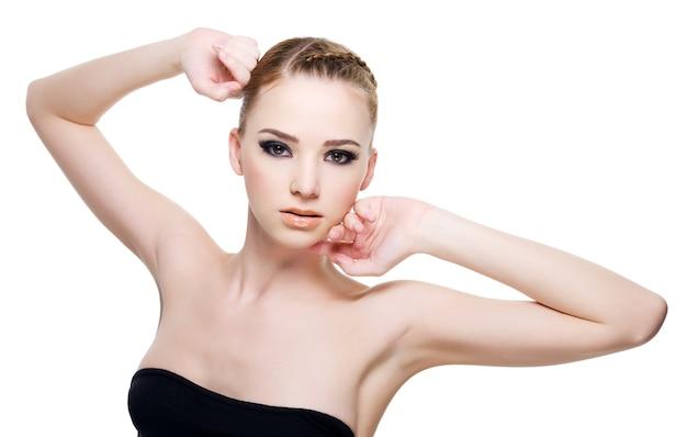 아름 다운 젊은 패션 모델 포즈-흰색 절연
