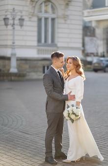 街の通りを歩いて美しい若者のファッションスタイリッシュなカップル