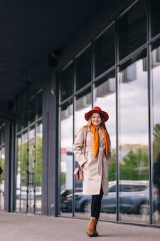 街でポーズをとる美しい若いファッショナブルな女性。
