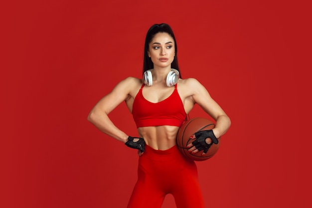赤で練習している美しい若い女性アスリート