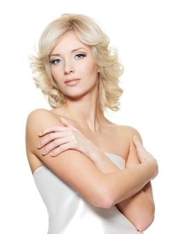 Красивое молодое женское лицо с чистой кожей, изолированное на белом