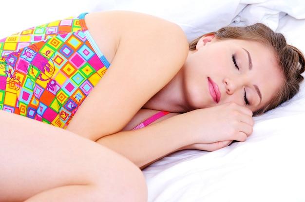 Красивая молодая женщина спит прижиматься