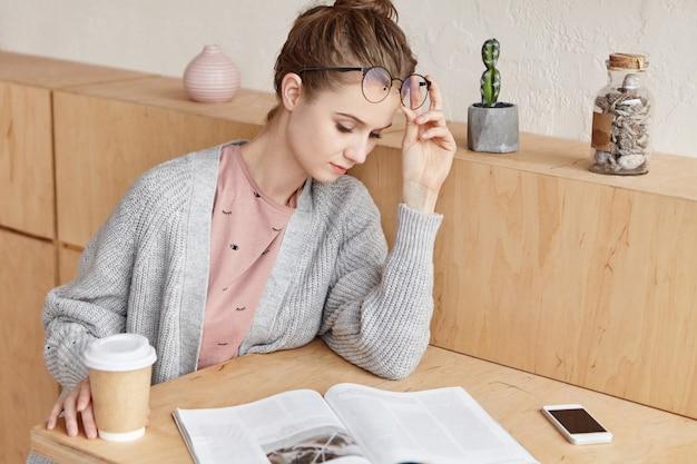 自宅で勉強して美しい若い女性