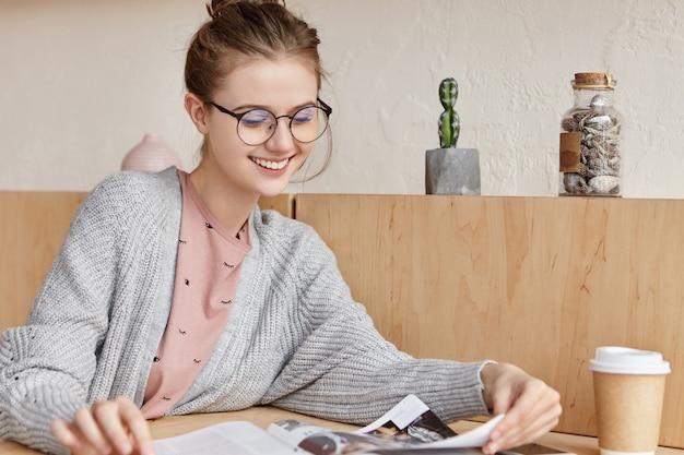 Красивая молодая женщина учится дома
