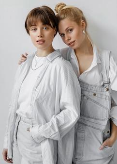 Красивые молодые женщины позируют вместе