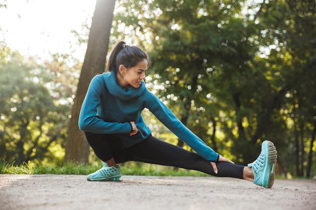 공원에서 아침 운동을 하 고 아름 다운 젊은 피트 니스 여자