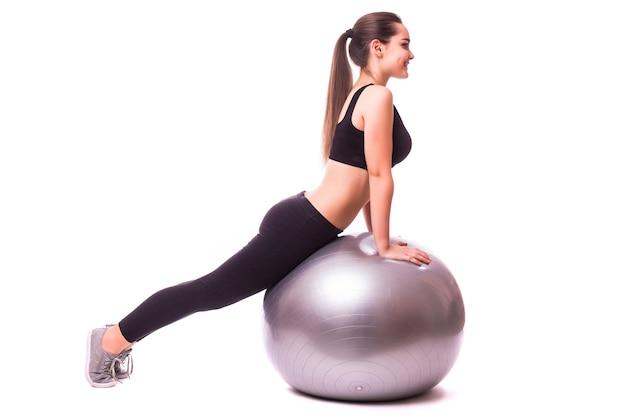 체육관 공 운동, 흰색 배경에 고립 된 아름 다운 젊은 피트 니스 여자
