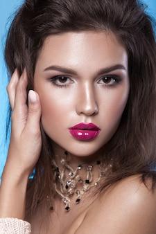 스칼렛 입술과 전문 메이크업으로 아름다운 어린 소녀 클로즈업