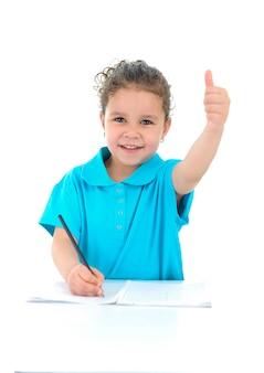 宿題をやっている美しい若い女の子