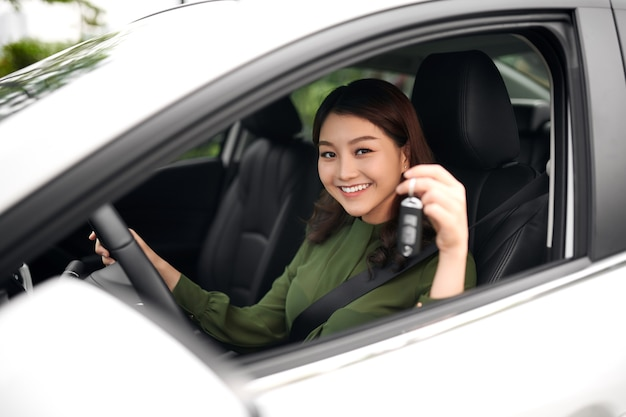 손에 자동차 키와 함께 아름 다운 젊은 여자 드라이버, 새 자동차의 행복 소유자