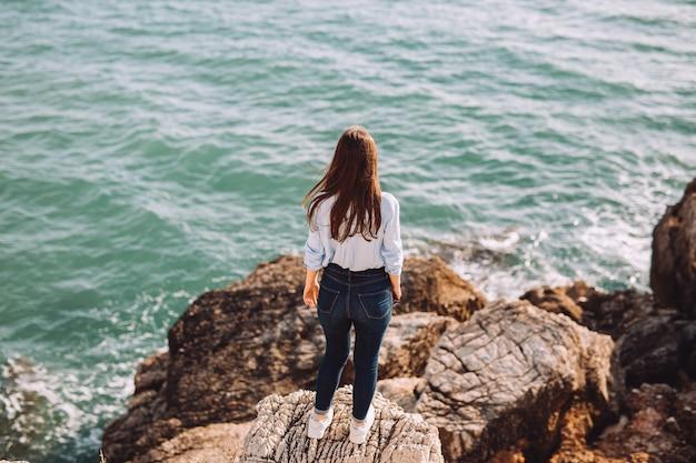美しい少女は海の時間を楽しんでいます。