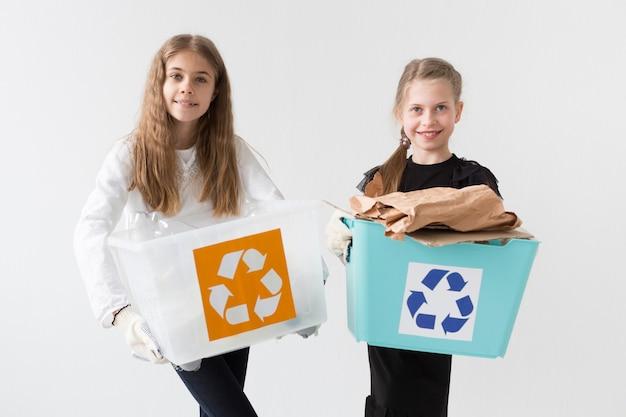 リサイクルして幸せな美しい若い女の子