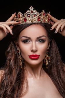 아름다운 어린 소녀, 건강한 깨끗한 피부, 전문 메이크업 및 헤어 스타일, 그녀의 머리에 왕관