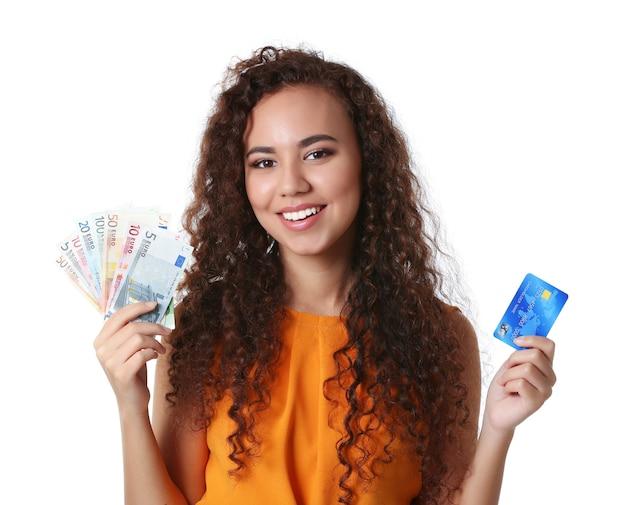현금 및 신용 카드를 들고 아름 다운 젊은 여자, 흰색 절연