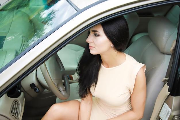 차에서 아름 다운 젊은여자가 거리와 꿈으로 보인다