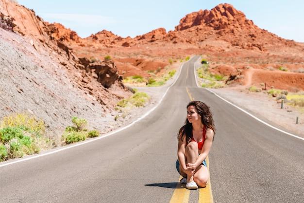 밸리 오브 파이어 네바다의 아름다운 도로에 데님 스커트에 아름다운 어린 소녀