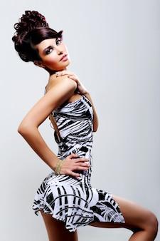 Красивая молодая девушка в платье красоты - гламурный выстрел