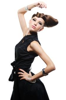Красивая молодая девушка в черном платье - белое пространство