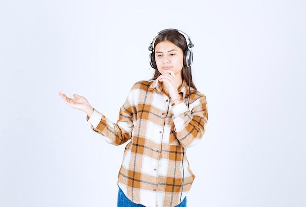 何かを考えているヘッドフォンの美しい少女。