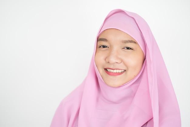 Красивая молодая девушка в розовом хиджабе на белом фоне