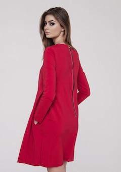 Красивая молодая девушка в красном платье