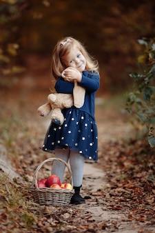 りんごと公園の美しい少女。