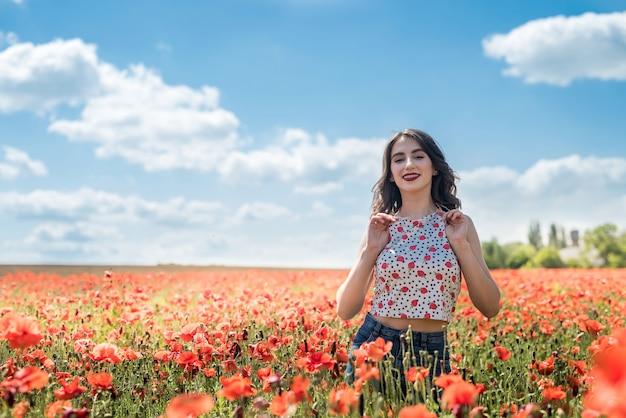 Красивая молодая девушка в маковом поле