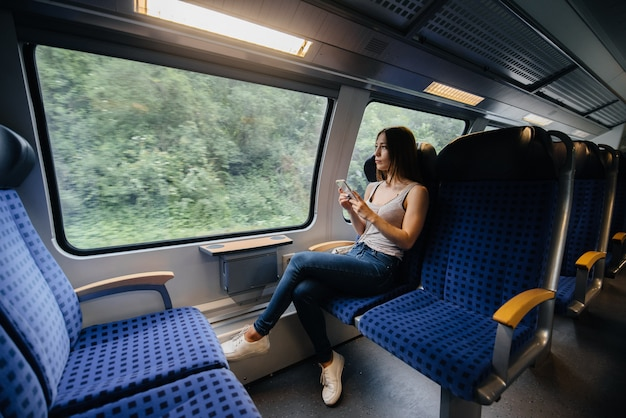 美しい少女は電車で旅行します。トリップ。輸送。